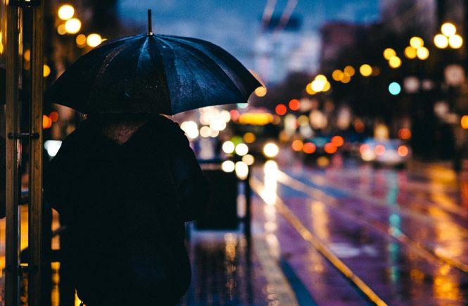 Cover Foto Tränen. Mensch im Regen im Abendlicht der Stadt.